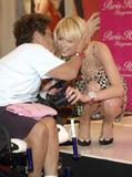 Paris Hilton with upskirt Foto 378 (Пэрис Хилтон с юбкой Фото 378)