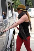 http://img133.imagevenue.com/loc397/th_198714727_Hilary_Duff_VPilates24_122_397lo.jpg