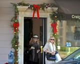 Olsen twins (Сестры Олсен: Мэри-Кейт и Эшли) - Страница 5 Th_43736_Preppie_-_Mary-Kate_and_Ashley_Olsen_Christmas_shopping_in_West_Hollywood_-_Dec._24_2009_0101_122_595lo