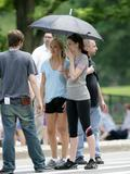 http://img133.imagevenue.com/loc694/th_61592_Kate_Hudson_and_Anne_Hathaway_shade_under_an_umbrella_CU_ISA_030608_01_122_694lo.jpg